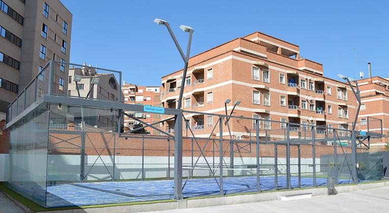 Gescom pistas y pavimentos for Cesped artificial granada